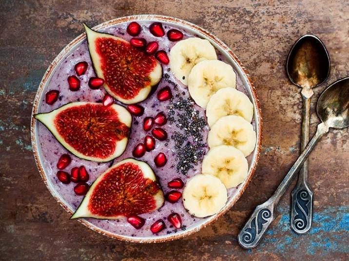 Blaubeer-Bowl mit Feige, Granatapfel, Chia Samen und Banane