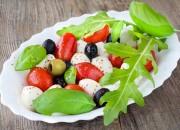 Antipasti mit Tomaten, Oliven und Mozzarella