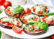 Auberginen-Pizzen mit Tomaten und Basilikum