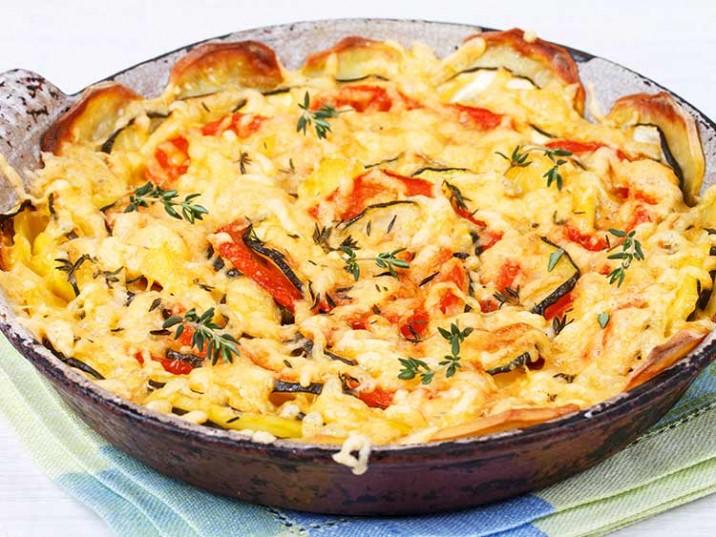 Auflauf mit Süßkartoffeln, Zucchini, Tomaten und Käse