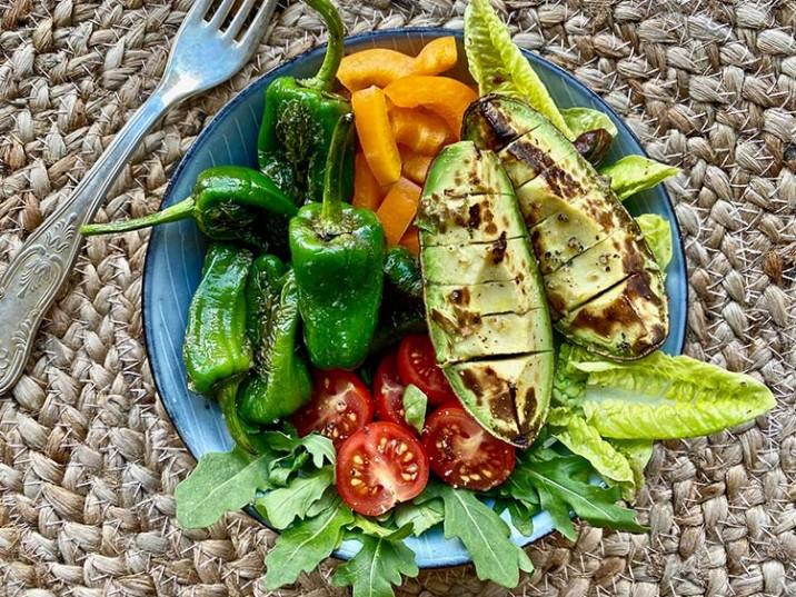 Avocado Bowl mit Pimientos und Salat