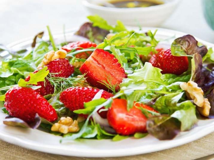 Blattsalat mit Erdbeeren und Walnüssen