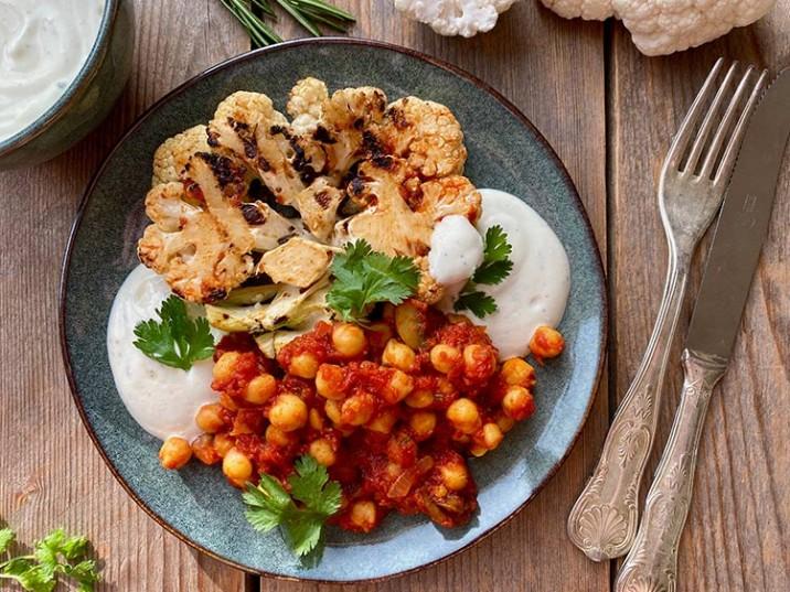 Blumenkohl Schnitzel mit Tomaten-Kichererbsen-Sauce und Quark Dip
