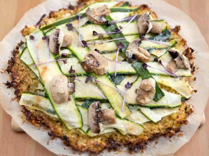 Blumenkohlpizza mit Zucchini und Egerlinge