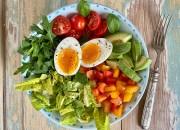 Bowl mit gekochtem Ei und frischem Gemüse