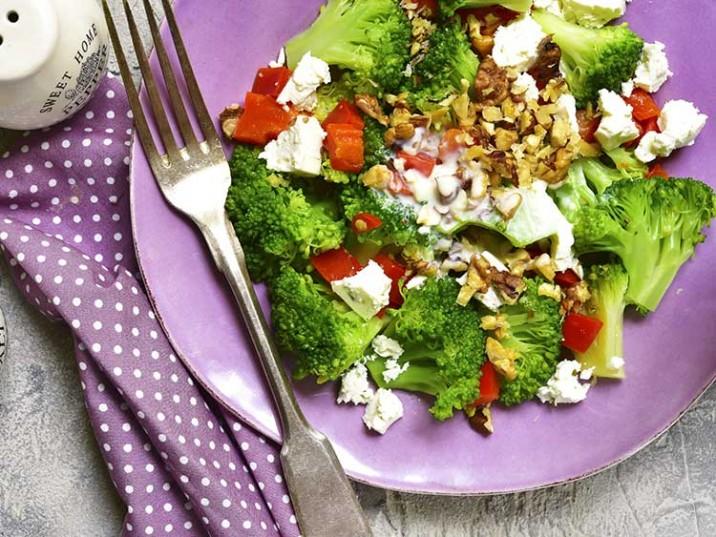 Brokkoli-Salat mit Paprika, Feta und Walnüsse