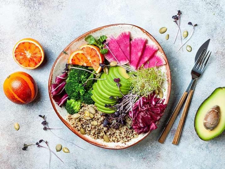 Good Life Bowl mit Quinoa, Avocado, Orange, Broccoli und Sprossen