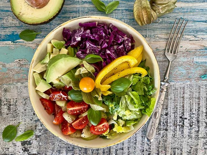 Bunte Salat Bowl mit Avocado