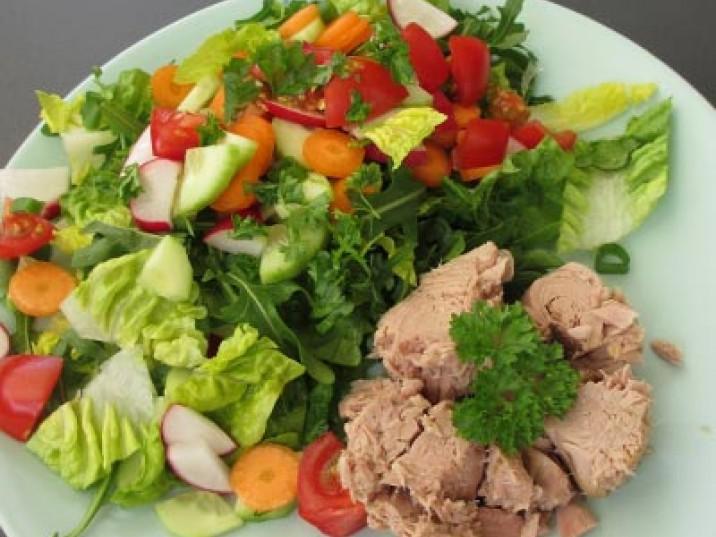 Bunter Low Carb Salat mit Thunfisch