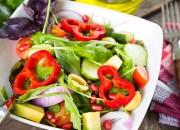 Bunter Salat mit Avocado und Granatapfelkerne