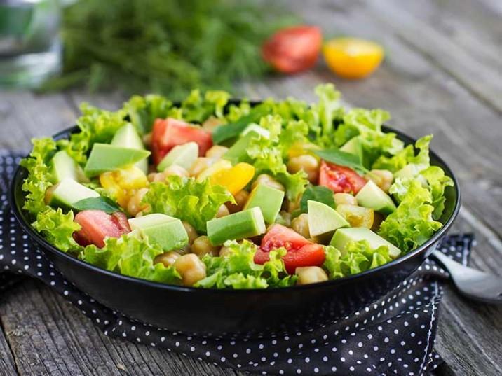 Bunter Salat mit Avocado und Kichererbsen
