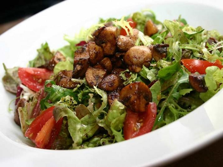 Bunter Salat mit gebratenen Champignons