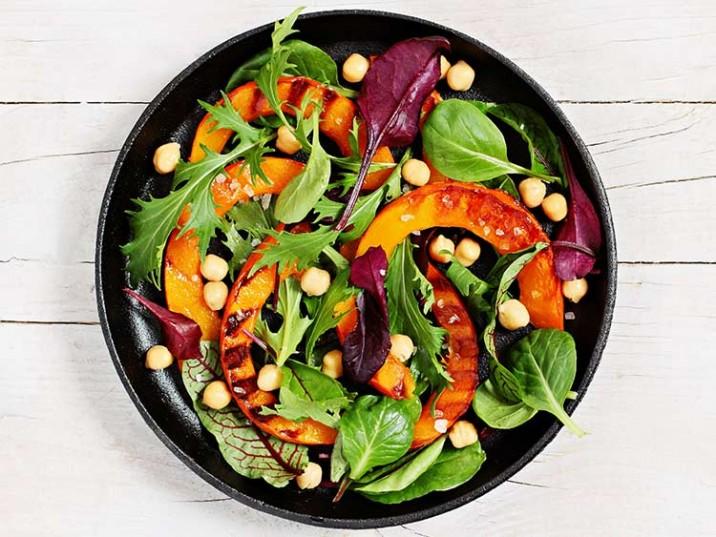 Bunter Salat mit gegrilltem Kürbis und Kichererbsen