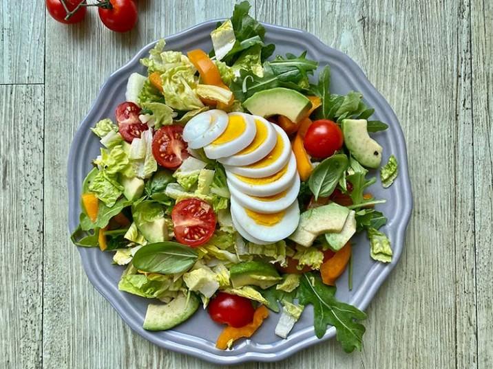 Bunter Salat mit Avocado und gekochtem Ei