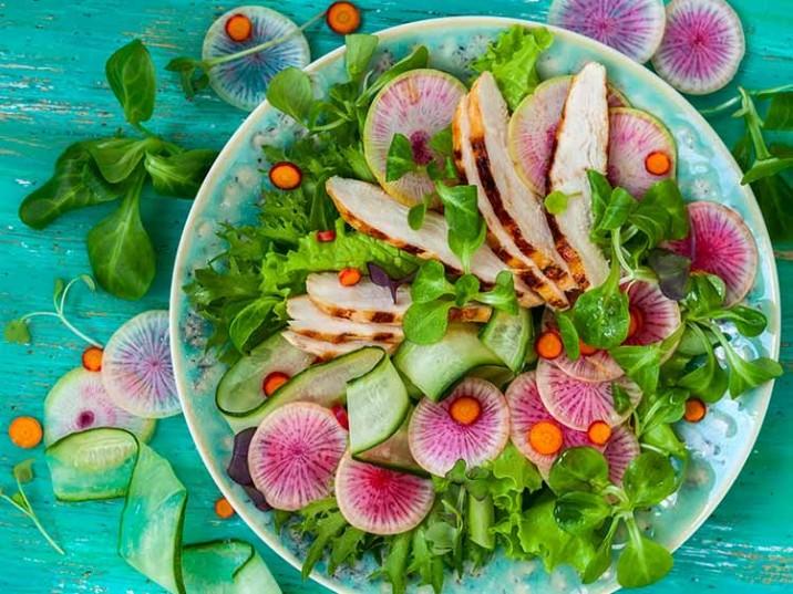 Bunter Salat mit Hähnchenbrust und buntem Rettich