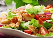 Bunter Salat mit Hähnchenbrust und Walnusskernen