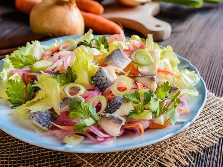 Bunter Salat mit Hering und frischen Kräutern
