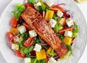 Bunter Salat mit Lachs und Feta