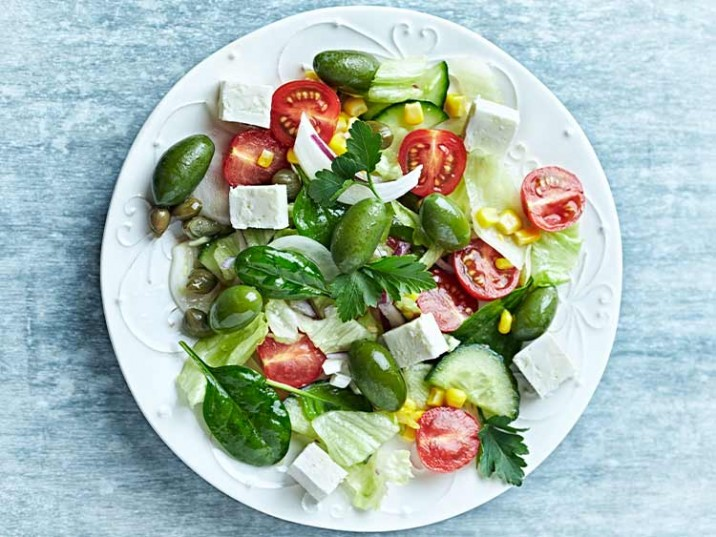 Bunter Salat mit Oliven, Kapern und Feta