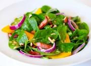 Bunter Salat mit Spinat, Mandeln, Mango und Dressing