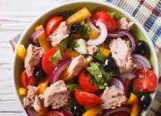 Bunter Salat mit Thunfisch und Oliven