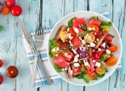Bunter Tomaten-Salat mit Melone, Feta und Basilikum