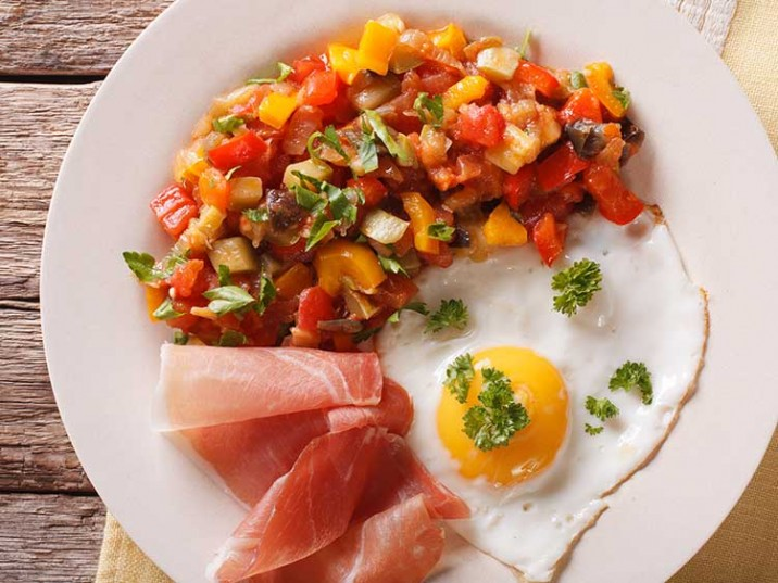 Bunter Tomatensalat mit Spiegelei und Parmaschinken