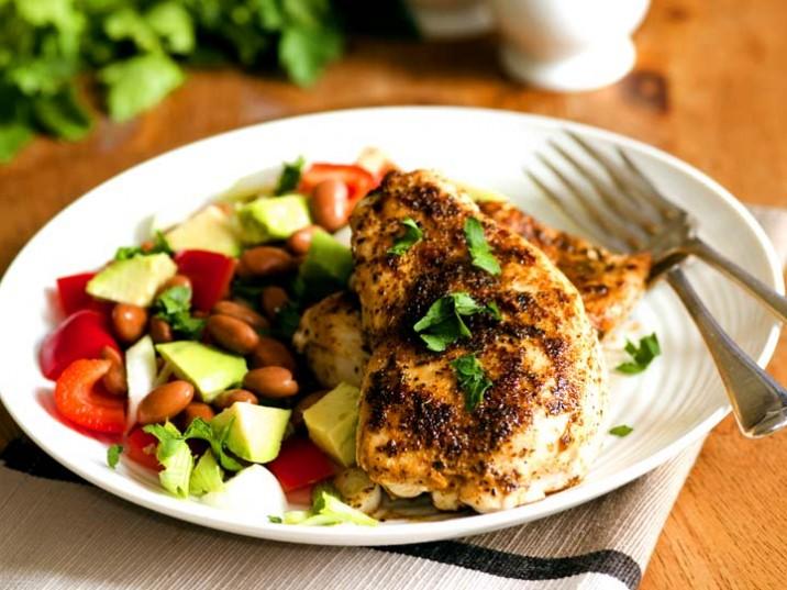 Cajun Chicken mit Avocado-Bohnen Salat