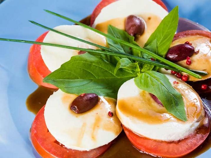 Caprese mit griechischen Oliven und Basilikum