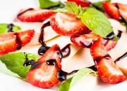 Caprese Salat mit Mozzarella und Erdbeeren