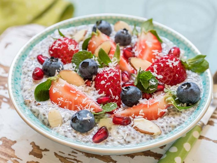 Chia-Pudding mit Früchten und Mandeln