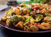 China-Pfanne mit Huhn, Pilzen, Brokkoli und Paprika
