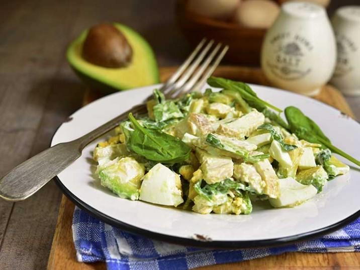 Eier-Avocado-Chicken-Salat mit Basilikum