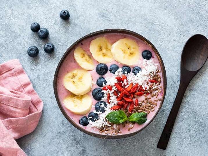 Erdbeer-Quark mit Heidelbeeren, Kokosflocken und Goji Beeren