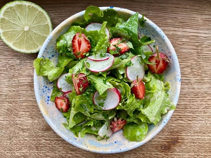 Erdbeer-Radieschen-Salat mit Dressing
