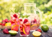 Erdbeer-Wasser mit Früchten und Zitronen