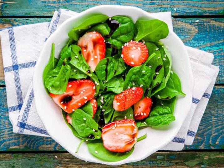 Erdbeeren auf Blattspinat