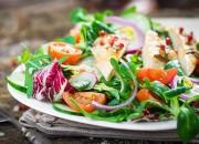 Feldsalat mit Hähnchen und Sesamöl