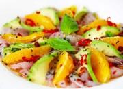 Fisch Carpaccio mit Avocado- und Orangenscheiben
