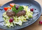 Fleischbällchen und Kohlsalat