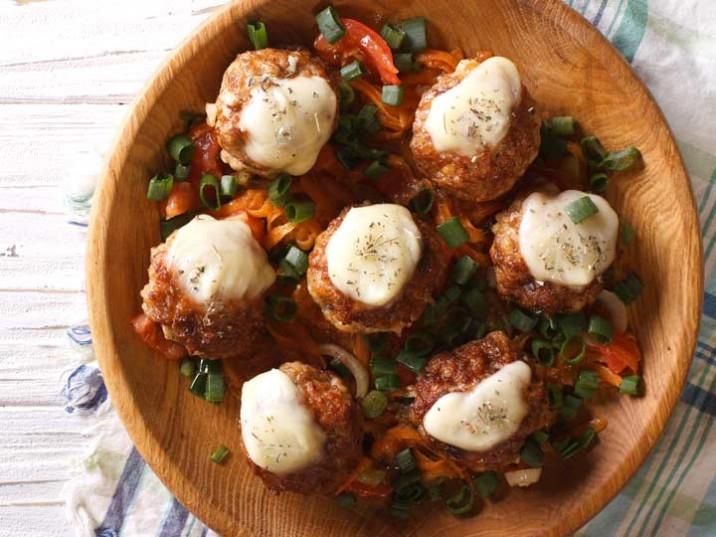 Frikadellen mit Käse im Gemüsebett