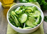 Frischer Gurkensalat mit Zwiebeln und Kräutern