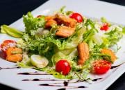 Frischer Salat mit Lachs, Ei und Parmesan