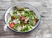 Frischer Salat mit Rucola, Radieschen und Couscous