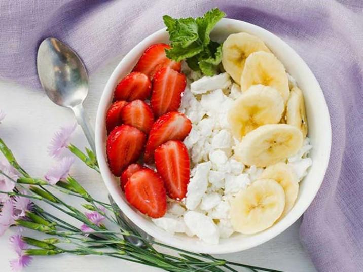 Frischkäse-Bowl mit Erdbeeren und Banane