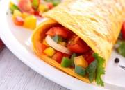 Frischkäse-Omelettröllchen mit knackigem Salat