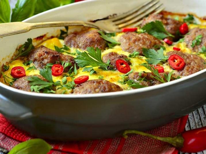 Frittata mit Hackbällchen mit Kräutern und Chili