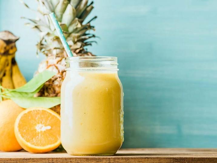 Frucht Smoothie mit Joghurt, Ananas und Orange