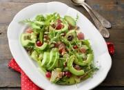 Fruchtiger Salat mit Rucola, Avocado und Walnusskerne