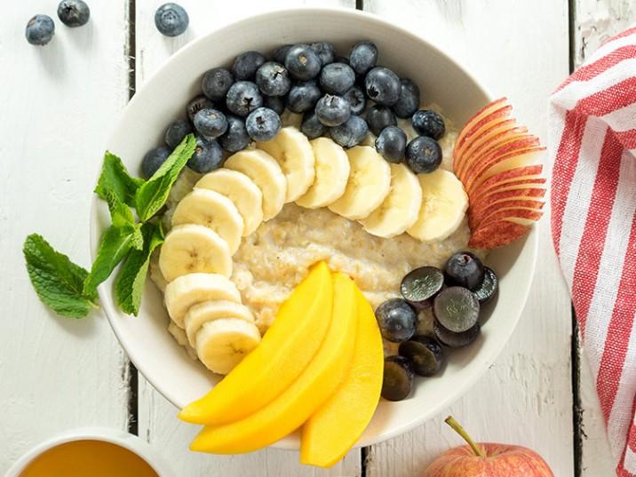 Frühstücksbowl mit Heidelbeeren, Mango und Banane